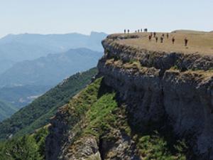 Foto 2. Paseantes disfrutando de las vistas en Ambel